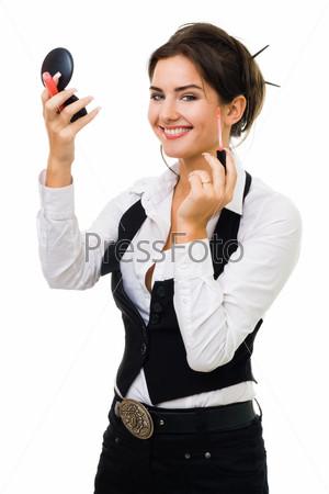 Улыбающаяся женщина делает макияж, изолированная на белом фоне