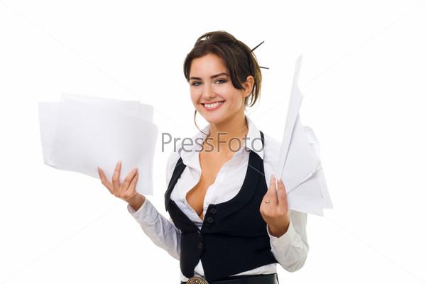 Деловая женщина стоит с пачкой документов