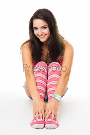 Фотография на тему Девушка в розовых полосатых гольфах, улыбаясь смотрит в камеру