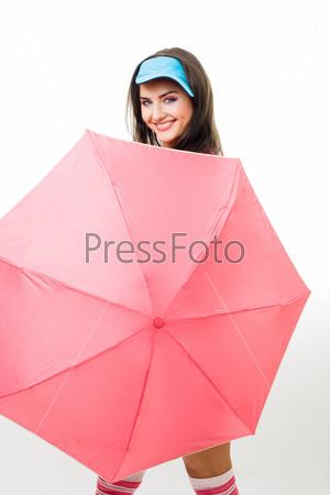 Счастливая женщина, прячущаяся за розовым зонтиком