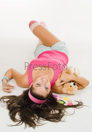Женщина с игрушкой лежит на полу
