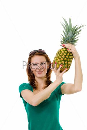 Молодая женщина с ананасом