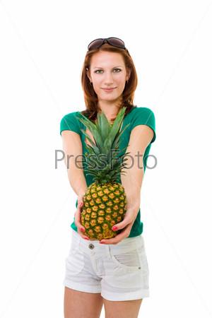 Женщина, предлагающая ананас