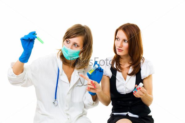Доктор изучает результаты тестирования пациента