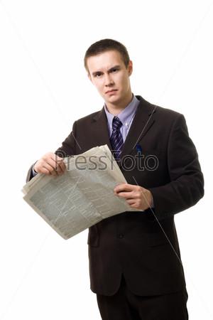 Молодой человек в очках с газетой