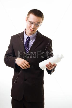 Молодой человек в очках смотрит состав продукта