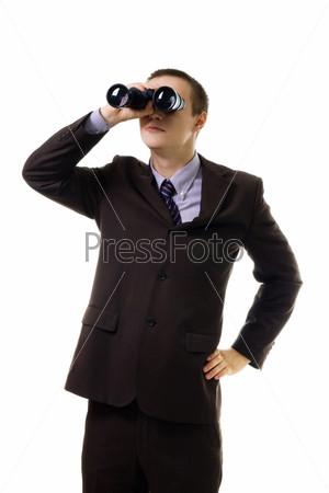 Молодой человек смотрит в бинокль