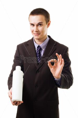 Молодой человек рекламирует продукт