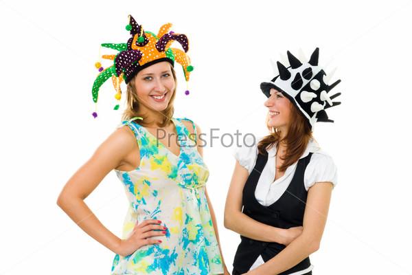 Две актрисы в ярких шляпах, изолированные на белом фоне