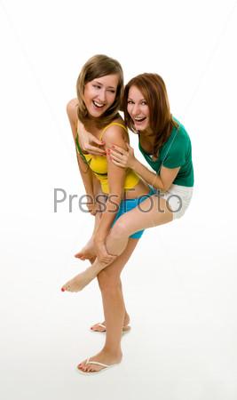 Две радостные женщины вместе смеются и прыгают