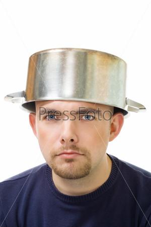 Мужчина с кастрюлей на голове