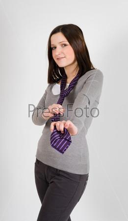 Уверенная молодая бизнес-леди с галстуком на шее
