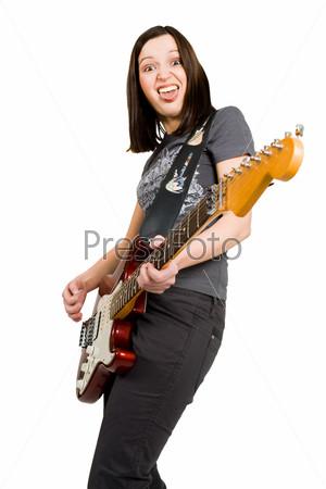 Женщина с электрогитарой показывает язык