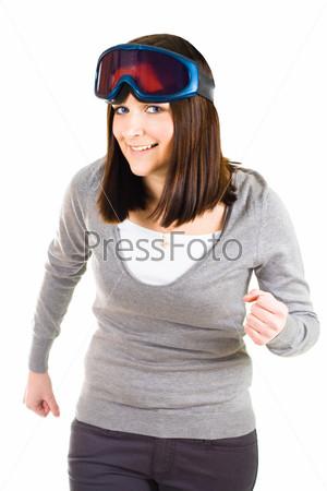 Женщина в защитных очках изображает лыжницу