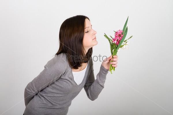 Женщина с закрытыми глазами и цветами в руках