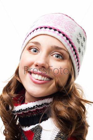Портрет счастливой женщины в шапке крупным планом на белом фоне