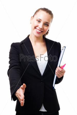 Деловая женщина улыбается и протягивает руку для рукопожатия