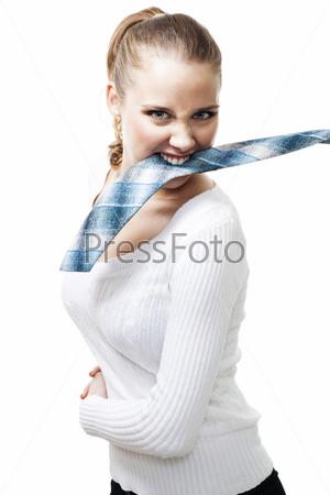 Агрессивная женщина держит в зубах мужской галстук