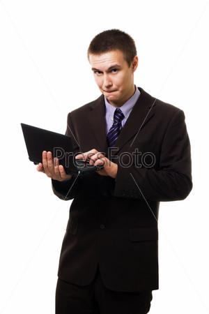 Молодой человек с ноутбуком в руках