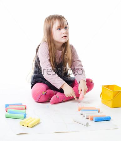 Маленькая девочка с игрушками