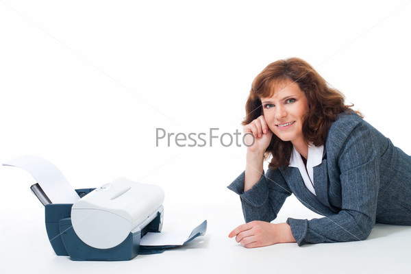 Фотография на тему Улыбающаяся женщина в деловом костюме рядом с принтером на белом фоне