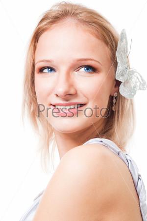 Женщина с бабочкой в волосах