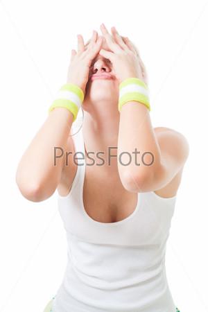 Грустная женщина закрыла глаза руками