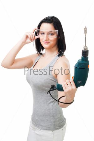 Женщина, работающая с дрелью