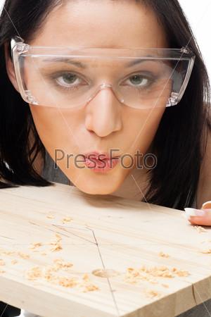 Женщина, сдувающая стружку