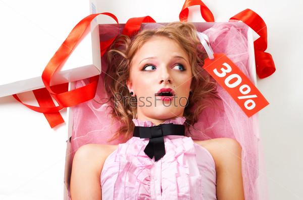 Девушка-кукла со скидкой в коробке