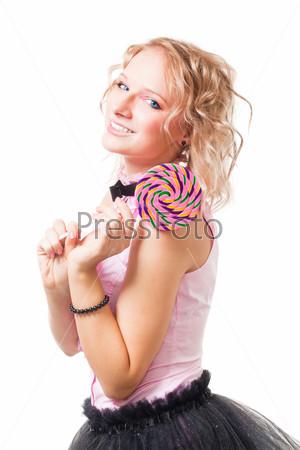 Красивая женщина с конфетой