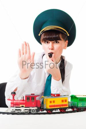 Девушка играет с детской железной дорогой