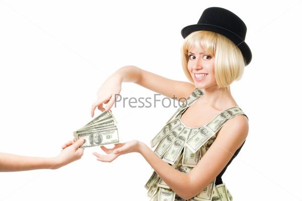 Женщина берет деньги