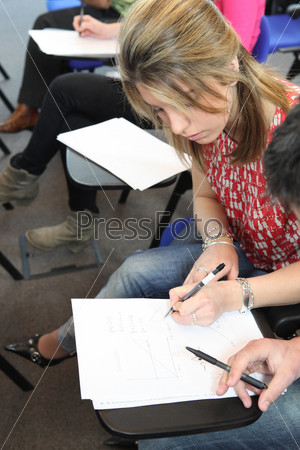 Студентка сдаёт экзамен