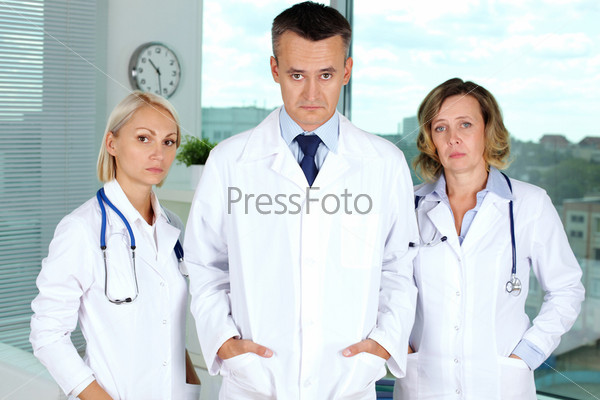 Зрелыми, зрелая врач в униформе