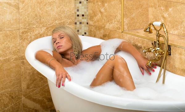 Лежит в ванне