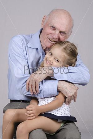 дед трхает поруг и внучку