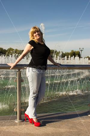 Фотография на тему Женщина стоит возле фонтана