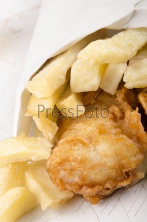 Картофель фри и рыба в белом пакете