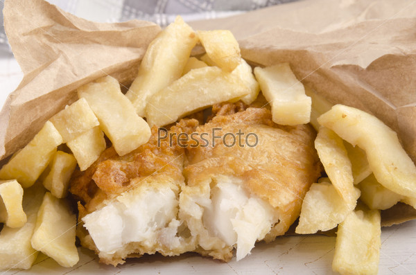 Рыба и чипсы в коричневом мешке