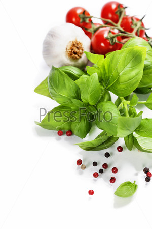 Базилик и свежие овощи