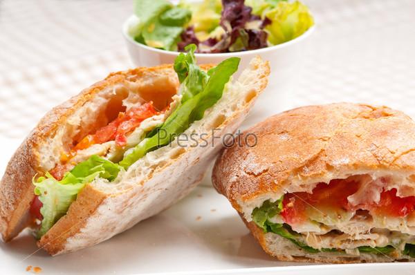 Фотография на тему Сэндвич панини с курицей, хлебом чиабатта и помидорами