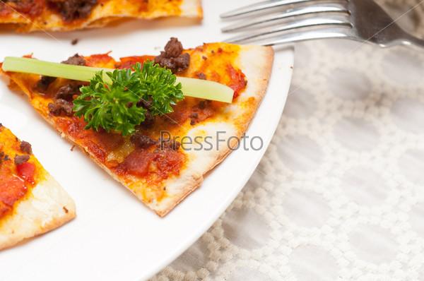 Фотография на тему Турецкая пицца с говядиной и огурцом