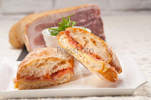 Сэндвич панини с пармской ветчиной и томатами