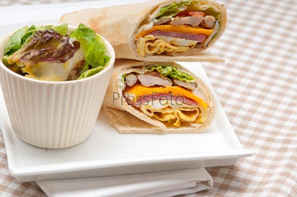 Фотография на тему Сэндвич панини с пармской ветчиной и томатами