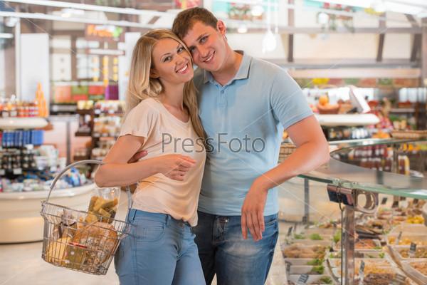 Фотография на тему Продуктовый магазин - счастливая пара делает покупки в супермаркете