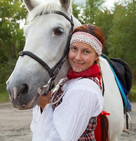 Фотография на тему Портрет девушки рядом с белой лошадью