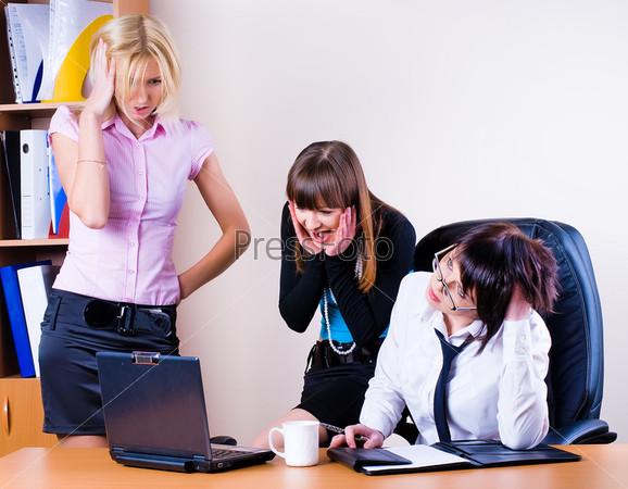 Три бизнес-леди в офисе