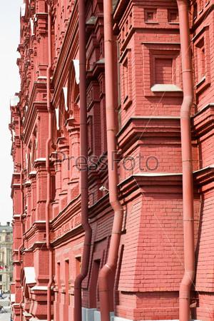 Старинное здание из красного кирпича