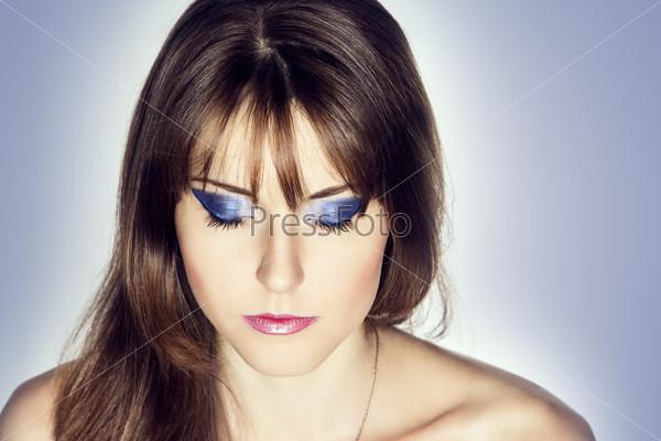 Красивая девушка с закрытыми глазами
